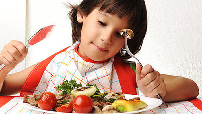 младшие школьники кушают дома