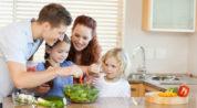 семья ест полезную пищу