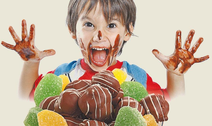 ребенок ест сладости