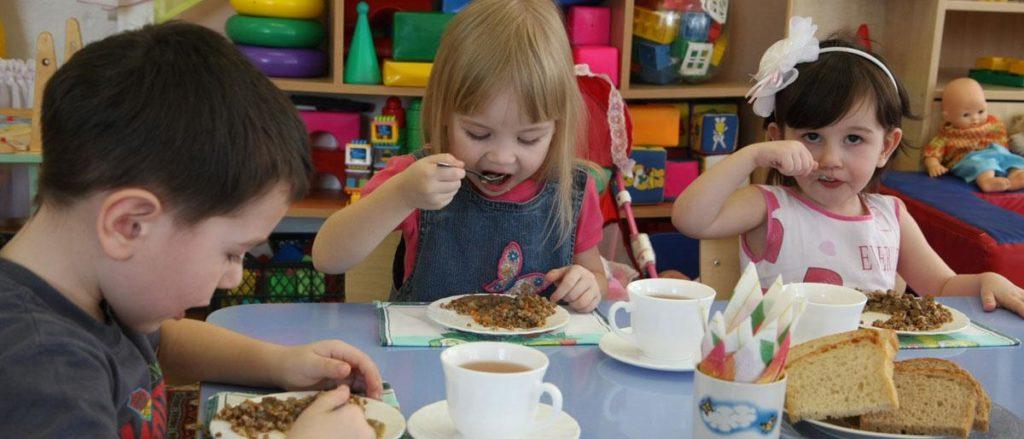 ребенок питается в детском саду